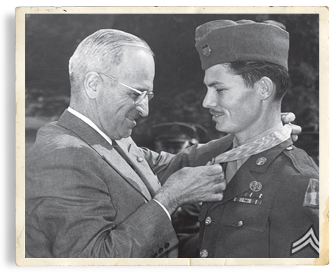 Doss receives the Medal of Honor from President Harry Truman in 1945